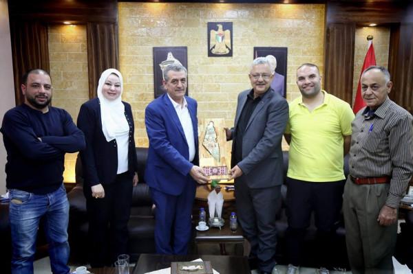 نادي ثقافي طولكرم يكرم المحافظ أبو بكر على دعمه ومساندته للنادي