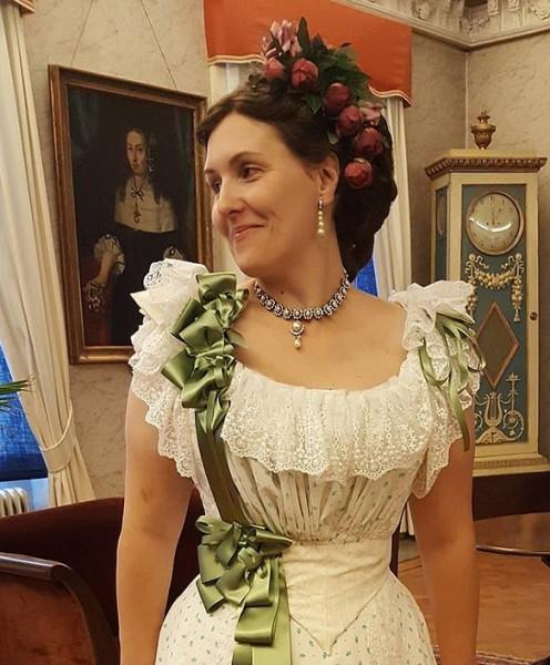عروس تنفق الآلاف على ملابس من القرن 19