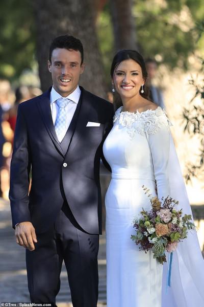 ملكة جمال أسبانيا السابقة تحتفل بزفافها بفستان جذاب