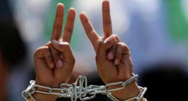 الاحتلال يعتقل أربعة مواطنين ويستدعي أسيرا محررا من الخليل