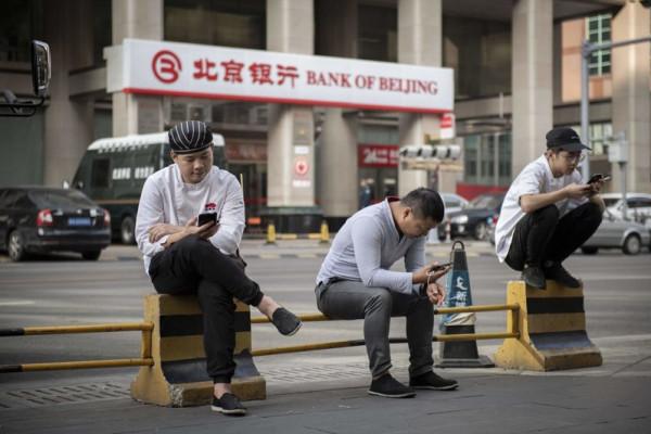 """الصين.. شرط إلزامي """"غريب"""" قبل شراء أي هاتف ذكي"""