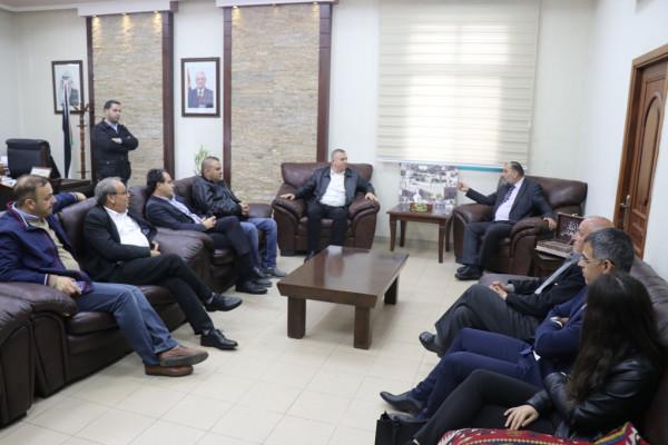 رئيس بلدية سخنين يُكرم رئيس بلدية الخليل