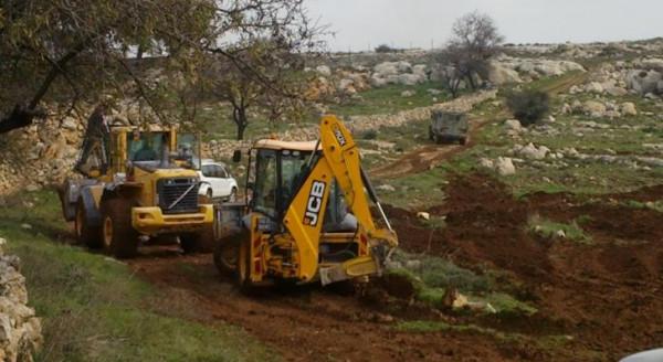 آليات المستوطنين تجرف أراضٍ في قرية بورين جنوب نابلس