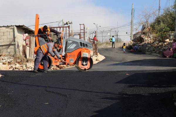 بلدية الخليل تُعيد تأهيل وتُعبّد شبكة طرق واد الغروس