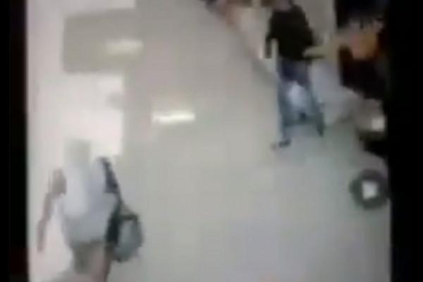 مصري يتحرش بفتاة وسط الشارع.. شاهد ردة فعلها التي لم يتوقعها