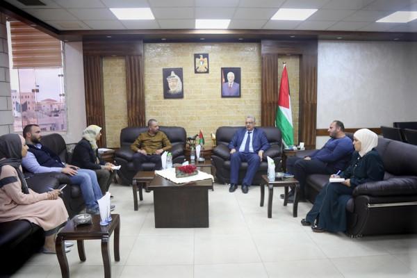 محافظ طولكرم يلتقي مدير برنامج التعليم في مؤسسة الرؤيا الفلسطينية
