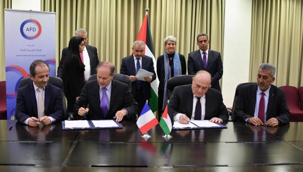 """اشتية يحضر توقيع اتفاقيتين لدعم قطاع المياه والتجمعات والقرى بـ """"المناطق ج"""""""