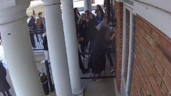 شاهد: لحظة إنقاذ طالبة مسلمة لحياة زملائها أثناء إطلاق نار بالولايات المتحدة