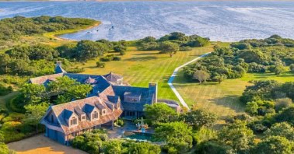 7 غرف نوم وشاطئ خاص.. جولة في منزل باراك أوباما الصيفى الجديد