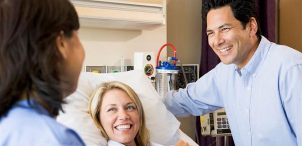 وجود الزوج مع زوجته أثناء الولادة.. هل يخفف من آلامها؟