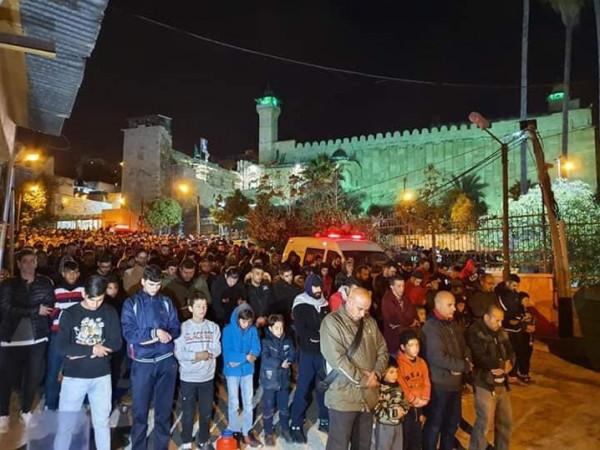 شاهد: مئات الفلسطينيين يؤدون صلاة الفجر بالحرم الإبراهيمي بالخليل