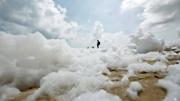 """صور مفزعة.. """"الرغوة السامة"""" تغزو الشواطئ الهندية والأطفال لا يأبهون"""