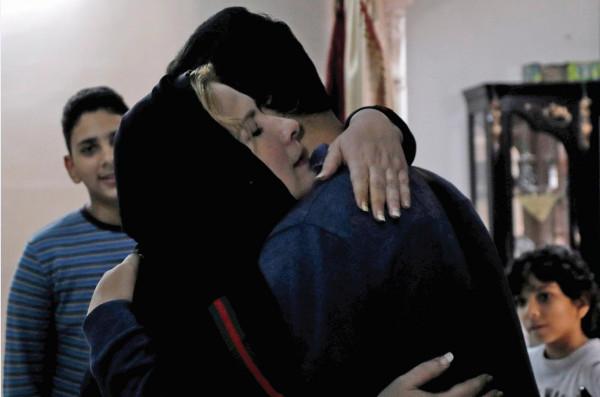 شاهد: بعد فراق 20 عاماً.. لحظات مؤثرة للقاء شاب من غزة بوالدته