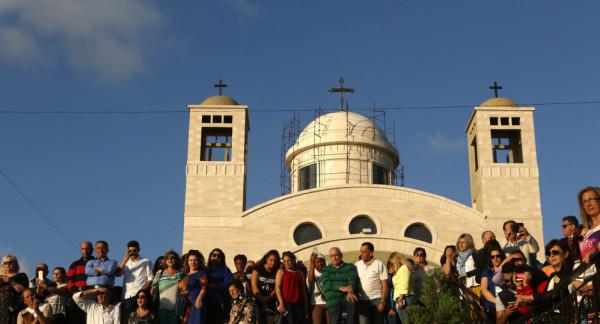 """شاهد: فنانة لبنانية تغني """"طلع البدر علينا"""" داخل كنيسة.. والجمهور يهاجمها"""