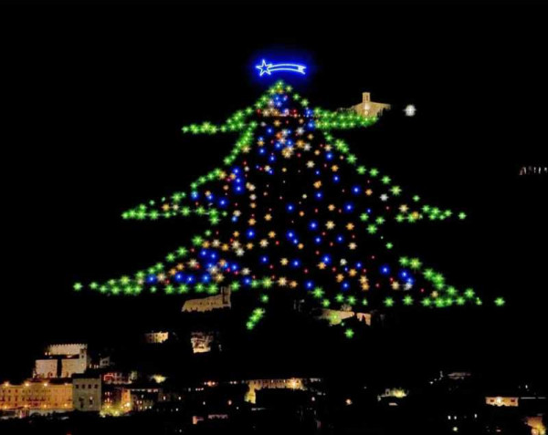 وفد فلسطيني يشارك في اضاءة شجرة جوبيو واسيزي بإيطاليا
