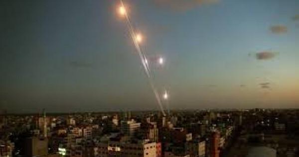 شاهد: اطلاق صواريخ من غزة على سيديروت والقبة تحاول التصدي لها