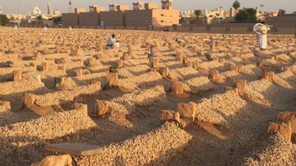 فيديو مؤثر لشاب سعودي مصاب بمتلازمة داون عند قبر أبيه يجذب تعاطفًا واسعًا