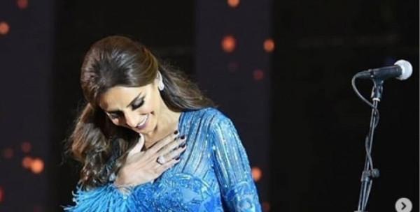 أنغام تتألق بفستان من الريش في حفلها بموسم الرياض
