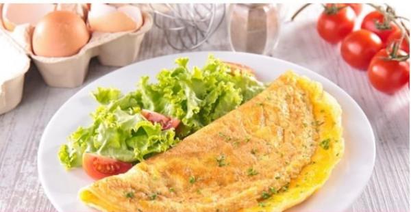 لأصحاب الحميات الغذائية.. طريقة عمل بيض عيون بالجبن الشيدر