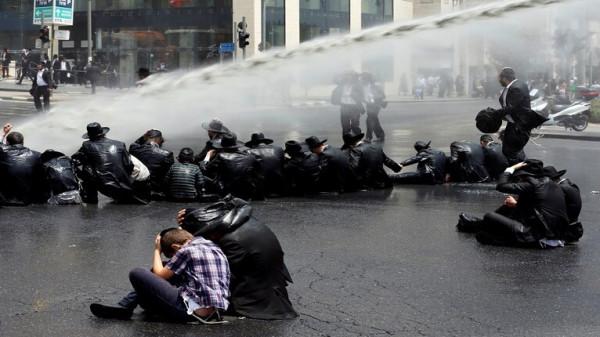 شاهد: اشتباكات بين الشرطة الإسرائيلية ومتظاهرين يمينيين بالقدس