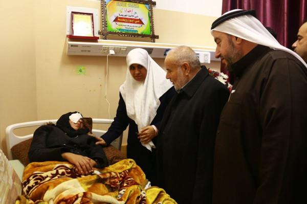 التشريعي يزور الجريحة مي أبو رويضة ويدعو لمعاقبة قادة الاحتلال