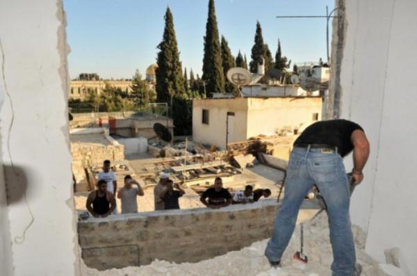 الاحتلال يُجبر مقدسياً على هدم غرفة لعائلته في جبل المكبر