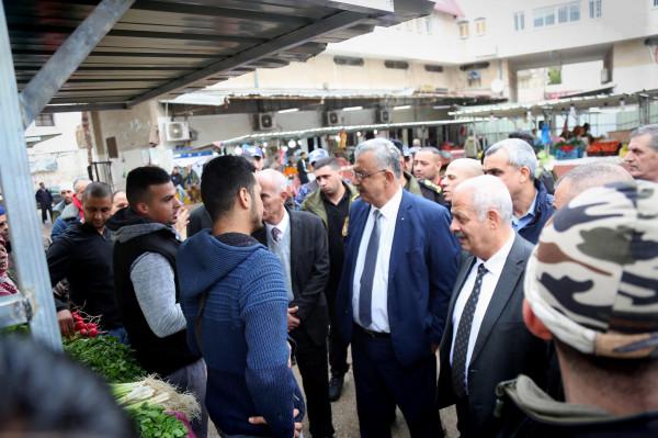 المحافظ أبو بكر يتفقد سوق الخضار قرب بلدية طولكرم بعد تنظيمه