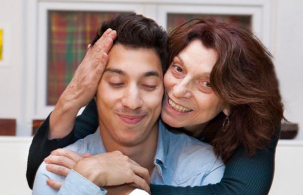 """4 قواعد للتعامل مع المشاكل مع زوجك """"وحيد أمه"""""""