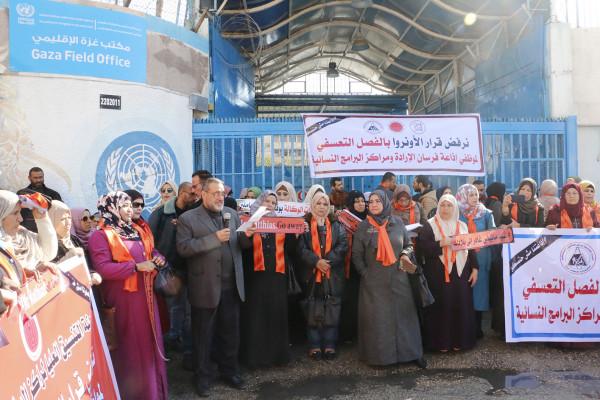 اللجان الشعبية للاجئين تشارك بالوقفة التضامنية مع موظفي مراكز التأهيل المجتمعي المفصولين