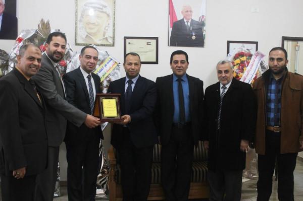 أبوعلي يكرم مدير فرع غزة في جامعة القدس المفتوحة