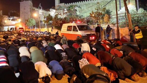 آلاف الفلسطينيين يصلون الفجر بالمسجد الإبراهيمي للجمعة الثالثة على التوالي