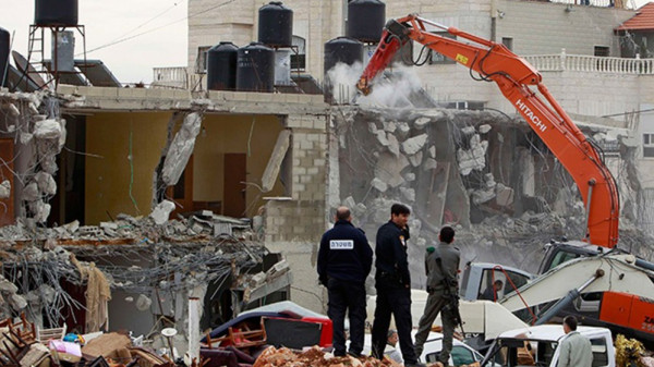 شاهد: قوات الاحتلال تُجبر مواطنًا على هدم منزله جنوب شرق القدس