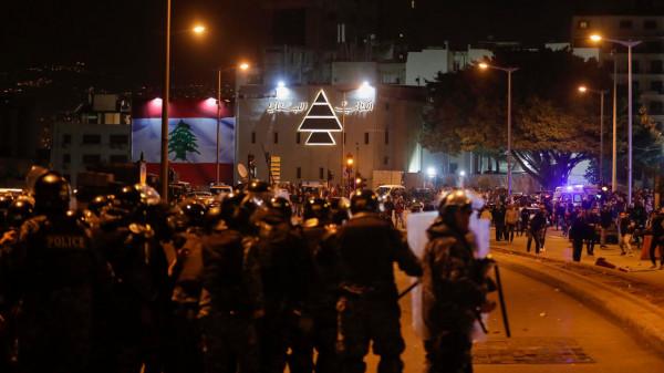 شاهد: صدامات عنيفة بين المتظاهرين وقوات مكافحة الشغب وسط بيروت