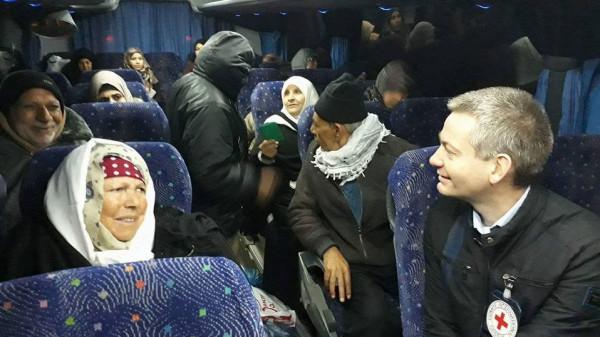 23 فلسطينياً من أهالي أسرى غزة يزورون أبناءهم بسجن (رامون) الإسرائيلي