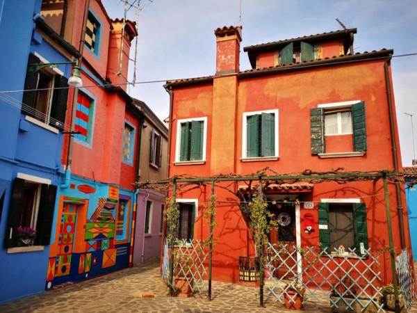 إيطالى غير ألوان منزله بتصميمات هندسية جذابة.. فكانت هذه النتيجة