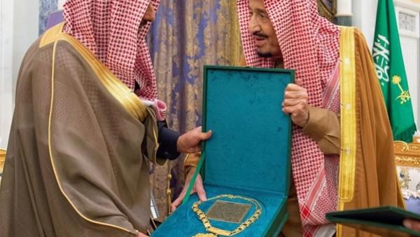 تسلّمها الملك سلمان.. تعرّف على قلادة أبي بكر الصديق