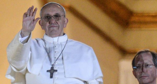 عقب حوار طريف... بابا الفاتيكان يقبل راهبة