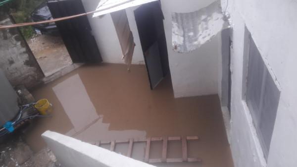 مياه الأمطار تغرق منازل المواطنين في تجمّع مخيم القاسمية بلبنان