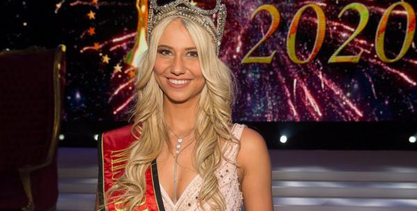 شاهد: ملكة جمال بلجيكا 2020 تتعثر وتسقط خلال حفل تتويجها