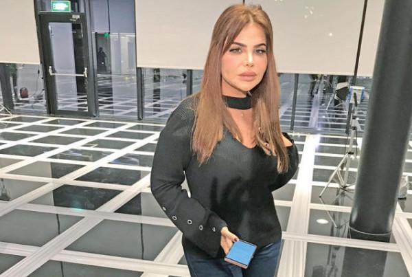 ممثلة خليجية تثير الجدل بعد تعليق عن خادمتها.. ماقصة تصويرها بالملابس الكاشفة؟