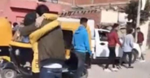 """شاب يحتضن فتاة أمام مدرسة بمصر.. ويهدد: """"اللي هيبص لها هضربه بالنار"""""""