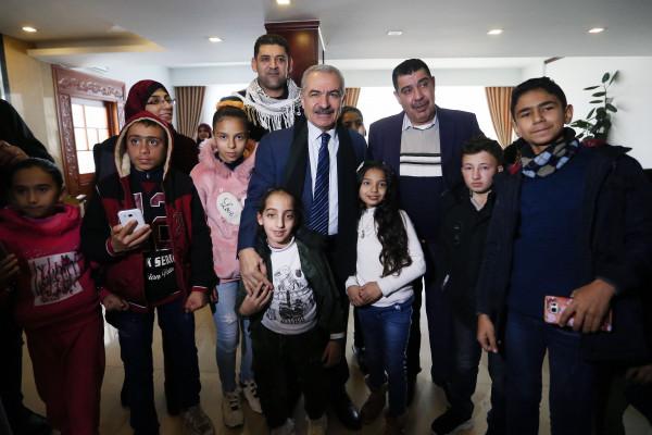 اشتية يلتقي أطفالا مرضى بالسرطان وذوي الاعاقة من غزة
