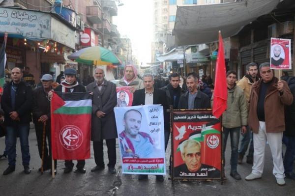 الشعبية بخانيونس تنظم وقفة إسنادية مع زهران وتحذر من انفجار شامل بالسجون