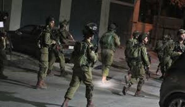 الاحتلال يعتقل مواطنًا ويعتدي على آخرين قرب مخيم العروب