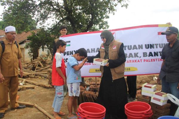 فلسطينية تقدم المساعدة الإنسانية لضحايا الفيضانات في بانتن