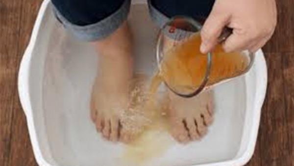 ماذا يحدث عند وضع قدمك في خل التفاح وكربونات الصوديوم؟