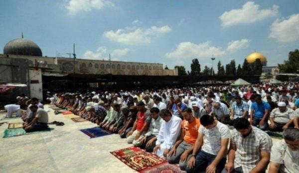 """40 ألفا يؤدون """"الجمعة"""" في المسجد الأقصى رغم إجراءات الاحتلال"""