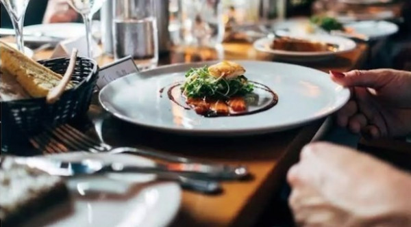 خمسة إجراءات غير صحية تتبعها المطاعم لتحسين مذاق الطعام