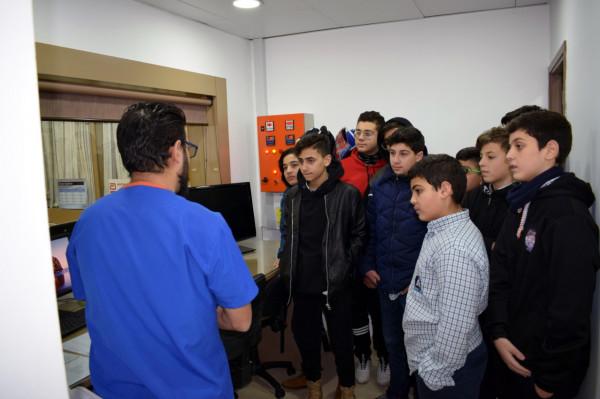 طلاب ثانوية الإيمان يستكملون زيارتهم العلمية لمستشفى الراعي ودرع تكريمي للدكتور الراعي