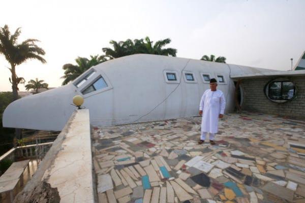 لإرضاء زوجته عاشقة السفر.. نيجيري يبني بيتاً على شكل طائرة
